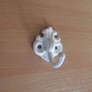 Kicsi fehér egyágú fogas M178