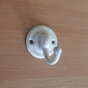 Kicsi fehér egyágú fogas M180