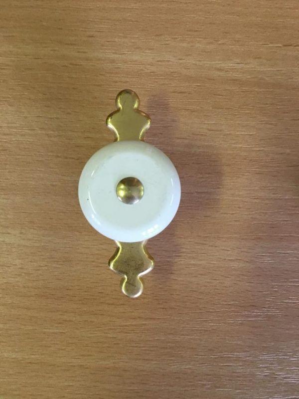 Műanyag fogantyú gomb, arany pajzzsal M291